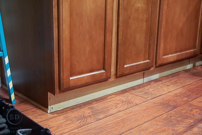 remove cabinet molding